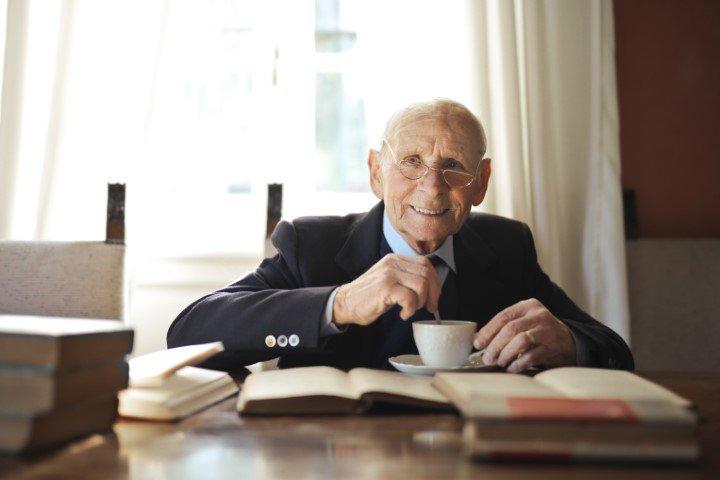 Koffie schenken ouderen