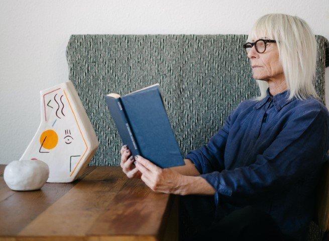 Boek lezen hobby ouderen