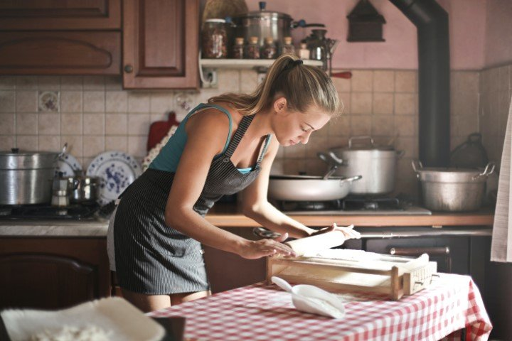 huisvrouw bakt